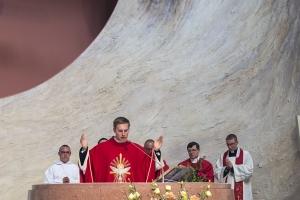 Ks. neoprezbiter Bartosz Rojna prowadzi mszę św. Cz. II. Błogosławieństwo prymicyjne i podziękowania.
