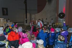 Święty Mikołaj na roratach z dziećmi. 6 grudnia 2016 roku.