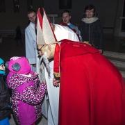 Święty Mikołaj na roratach z dziećmi.
