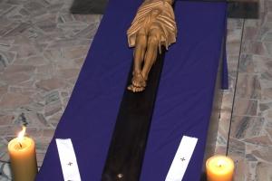 Liturgia Męki Pańskiej i czuwanie modlitewne prowadzone przez młodzież.