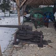 Grabonóg - szopy ze starym sprzętem rolniczym. Manesz.