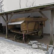 Grabonóg - szopy ze starym sprzętem rolniczym. Młockarnia.