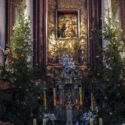 Ołtarz główny z wizerunkiem Świętogórskiej Róży Duchownej.