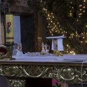 Ołtarz główny przygotowany do sprawowania mszy świętej.