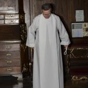 W zakrystii przygotowujemy się do sprawowania ofiary mszy świętej.