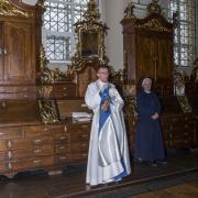 W zakrystii przygotowujemy się do sprawowania ofiary mszy świętej. Ks. Maciej już w ornacie.
