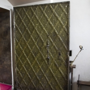 Metalowe drzwi prowadzące do zakrystii.