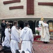 Błogosławieństwo Eucharystią na cztery strony świata.
