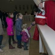 Roraty dla dzieci. Przybycie św. Mikołaja ze słodyczami.