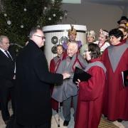Ksiądz prob. St. Walewicz przekazuje strój w którym p.Stanisław Przybył śpiewał w chórze Nazaret.