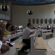 Wigilia Zesłania Ducha Świętego - prowdzący adorację.